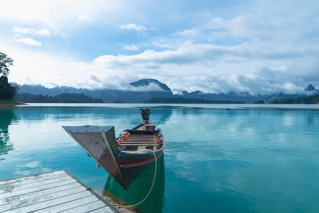 Barco no cais Foto Premium