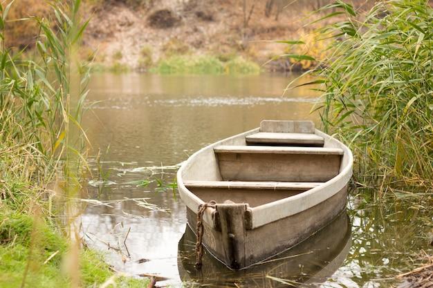 Barco no rio no outono, barco na aldeia, zona rural Foto Premium