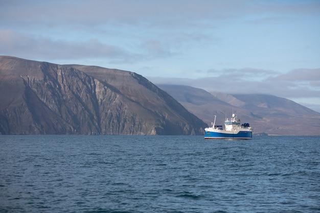 Barco perto de husavik, norte da islândia. Foto Premium