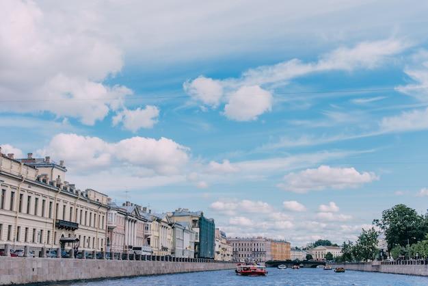 Barco rio, ligado, a, fontanka, rio, cheio, de, passageiros Foto Premium