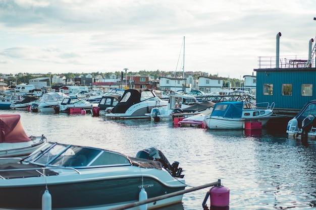 Barcos à vela e iates no cais em estocolmo frente ao centro da cidade Foto gratuita