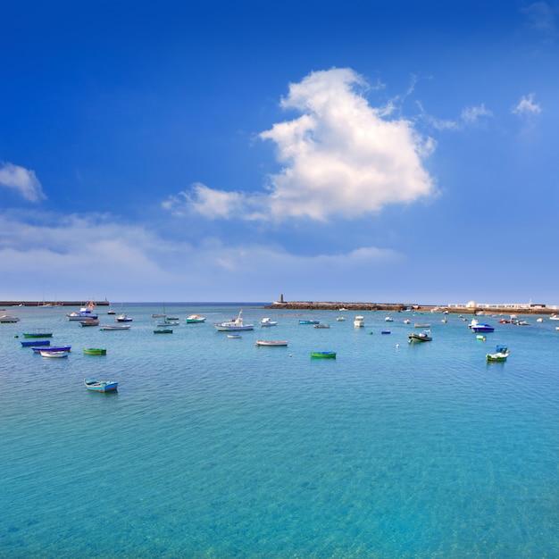 Barcos arrecife lanzarote abrigam em canários Foto Premium