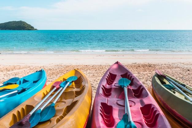 Barcos coloridos na costa do mar Foto gratuita