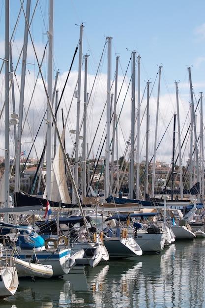Barcos de luxo ancorados nas docas Foto Premium