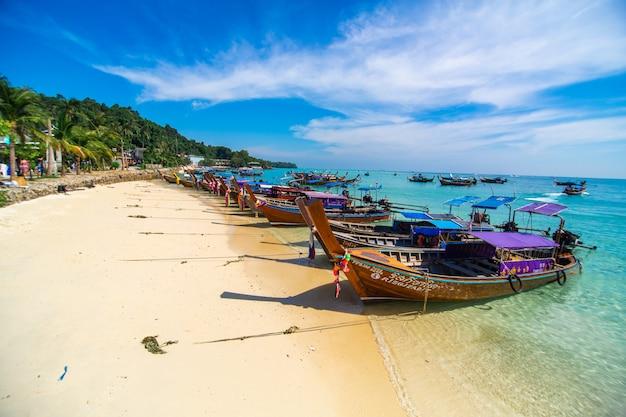 Barcos de madeira da pesca tailandesa tradicional envolvidos com fitas coloridas. Foto Premium