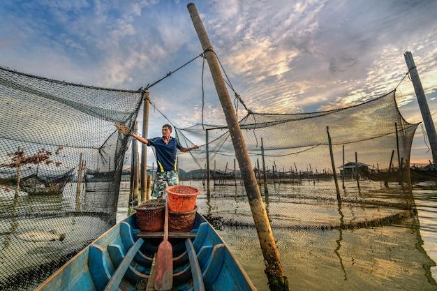 Barcos de pesca asiáticos coloridos tradicionais na aldeia piscatória Foto Premium
