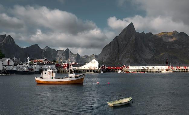 Barcos de pesca na marina da cidade reine lofoten ilhas noruega. Foto Premium