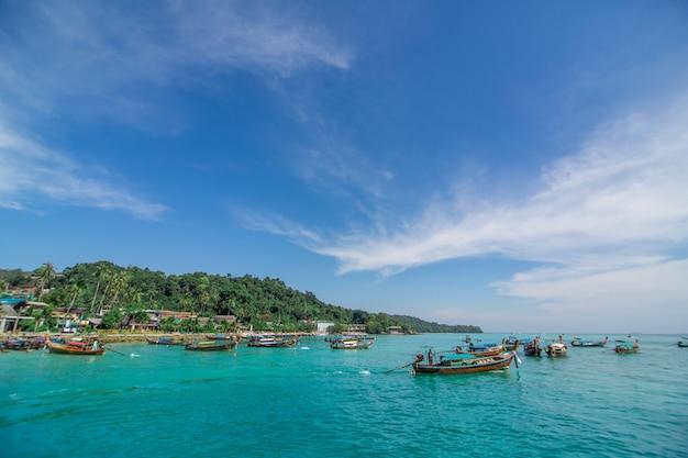 Barcos de pesca tailandeses tradicionais embrulhados com fitas coloridas. Foto Premium