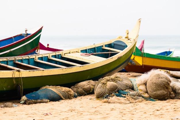 Barcos e redes coloridos da pesca na praia. Foto Premium