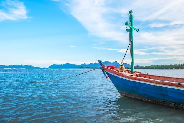 Barcos estacionados pelo mar e o lindo céu no verão Foto Premium