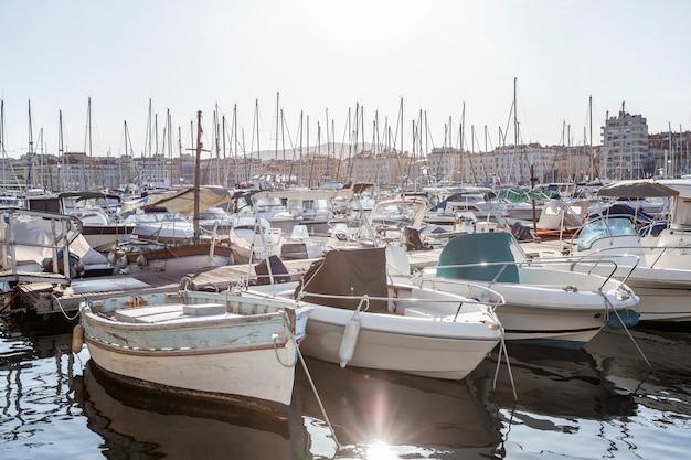 Barcos no antigo porto de marselha. turismo e viagens. dia ensolarado. paisagem bonita. Foto Premium