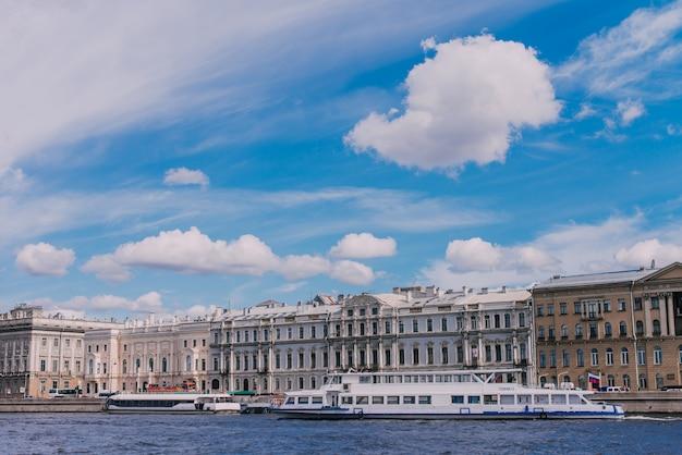 Barcos rio, ligado, a, neva, rio, palácio mármore Foto Premium