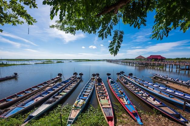 Barcos tradicionais em thale noi waterfowl reserve Foto Premium