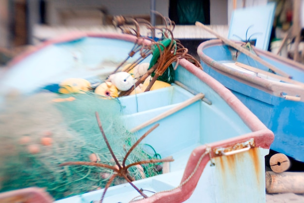 Barcos vazios com ganchos de pesca Foto Premium
