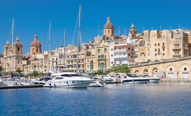 Barcos velejando, ligado, senglea, marina, em, baía grandiosa, valetta, malta Foto Premium