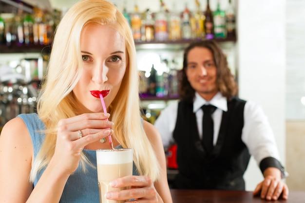 Barista com cliente em seu café ou coffeeshop Foto Premium