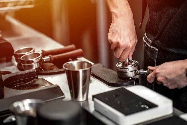 Barista está fazendo um café na barra de máquinas. Foto Premium