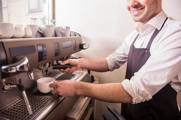 Barista prepara café fresco no café. Foto Premium