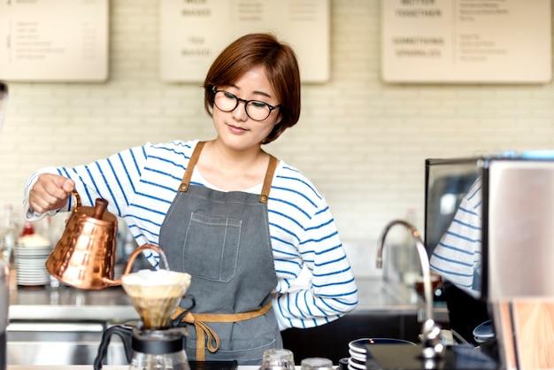 Barista prepara o conceito de ordem de funcionamento do café Foto Premium