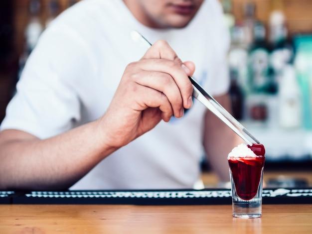 Barman anônimo decoração tiro vermelho com creme e frutas Foto gratuita