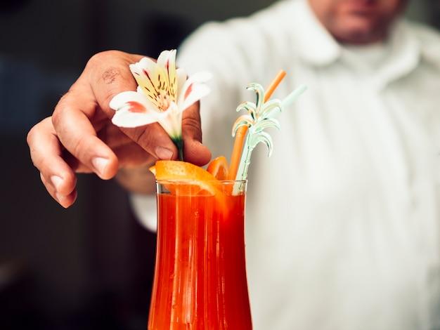 Barman anônimo, servindo refrescante bebida em vidro Foto gratuita