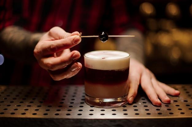 Barman, decoração, escamoso, alcoólico, doce, coquetel, cereja Foto Premium