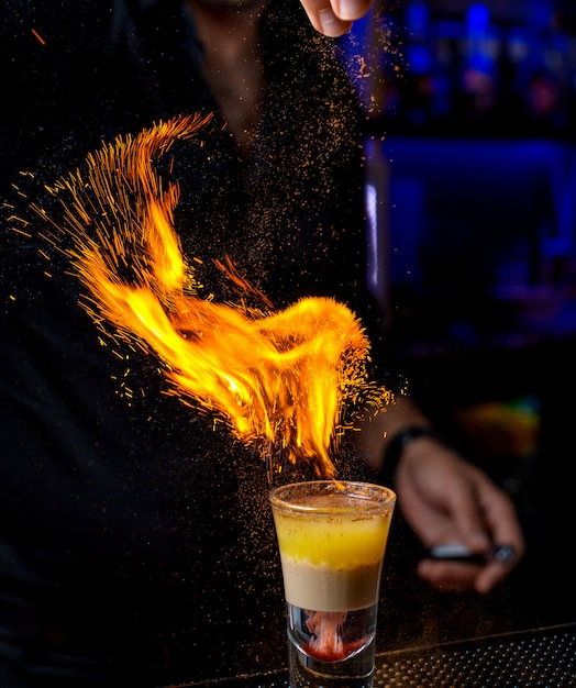 Barman derrama pó em um tiro Foto gratuita