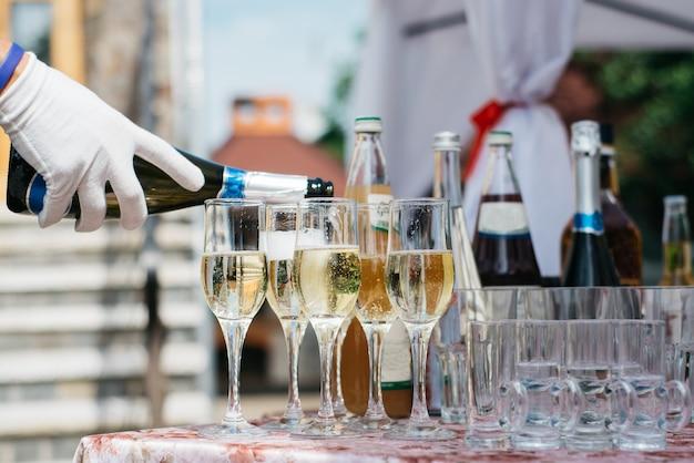 Barman, derramando champanhe Foto Premium