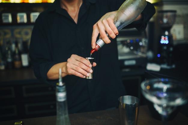 Barman no trabalho no bar Foto gratuita