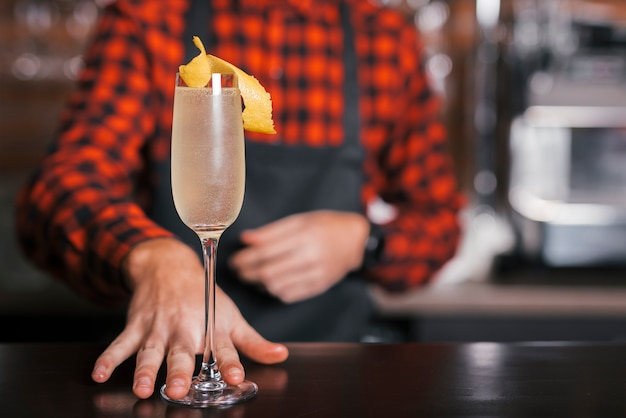 Barman preparando um coquetel refrescante Foto gratuita