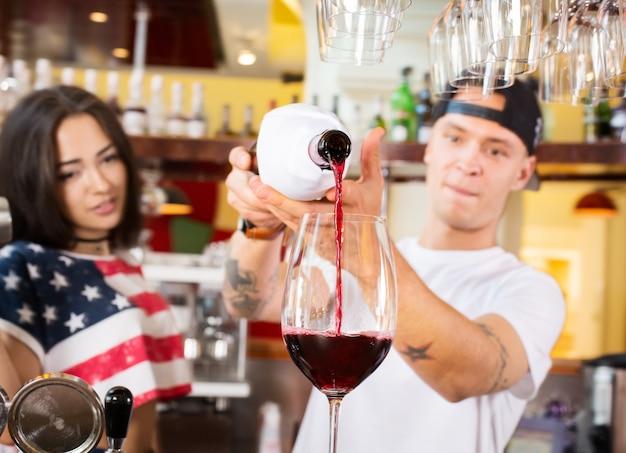 Barmen femininos e masculinos no trabalho Foto Premium