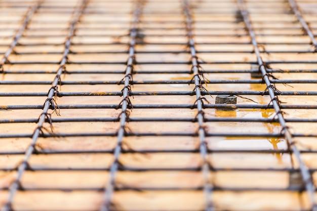 Barra de aço de trabalho de preparação em construção no chão Foto Premium