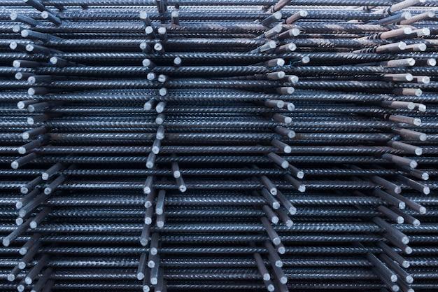 Barra de aço fio de ferro na fábrica. vergalhões de aço para construção em concreto armado. barra de reforço de aço para construção industrial Foto Premium