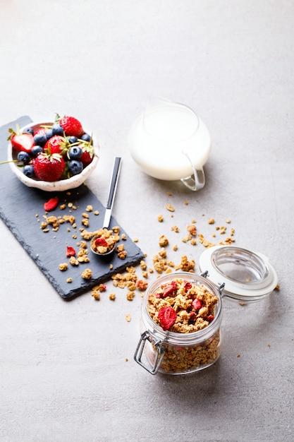 Barra de cereais granola com bagas frescas Foto Premium