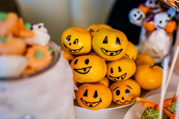 Barra de chocolate com doces para a celebração do halloween Foto Premium