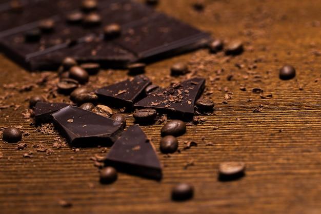 Barra de chocolate e grãos de café Foto gratuita