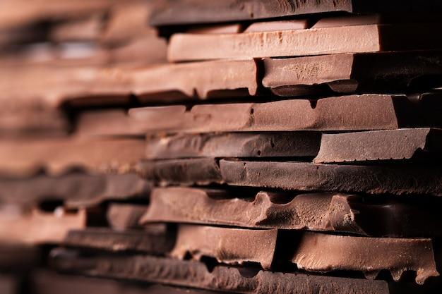 Barra de chocolate quebrada de textura, lanche doce para sobremesa Foto Premium
