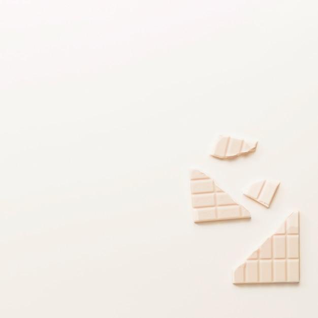 Barra de chocolate quebrada isolada no fundo branco Foto gratuita