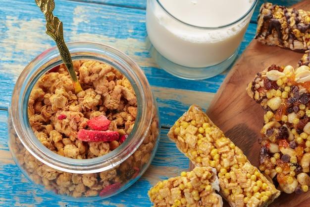 Barra de granola em madeira Foto Premium