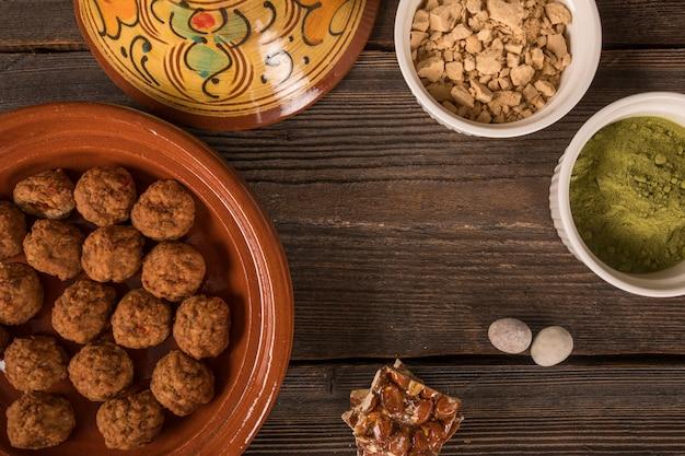 Barra de noz de mel com almôndegas na mesa Foto gratuita