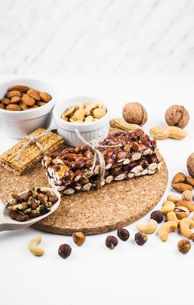 Barra de proteína com frutos secos em pano de fundo branco Foto gratuita