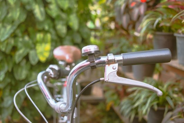 Barra do punho da bicicleta perto acima. filtro retro Foto Premium