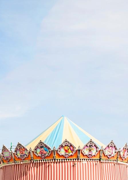 Barraca decorativa contra o céu azul no parque de diversões Foto gratuita