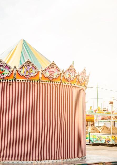 Barraca decorativa listrada no parque de diversões Foto gratuita