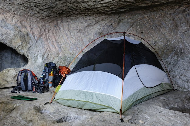 Barraca na caverna Foto Premium