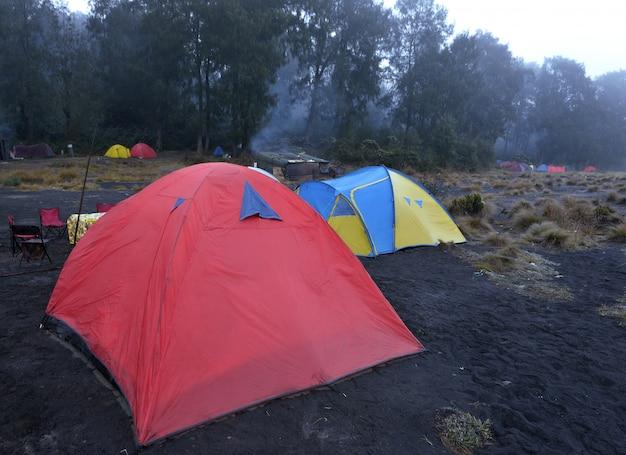 Barraca no local de acampamento em kalimati na montanha de semeru Foto Premium