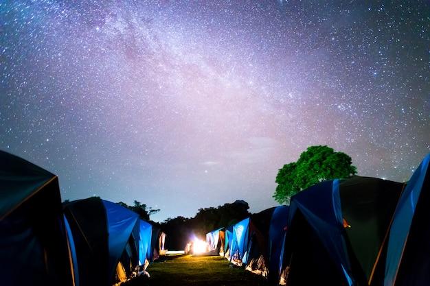 Barracas em doi samer daw, fotografia noturna da via láctea acima de tendas no parque nacional de sri nan, tailândia Foto Premium