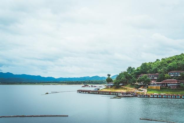 Barragem de srinagarind com céu nublado em kanchanaburi, tailândia Foto Premium