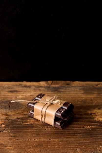 Barras de chocolate amarradas por um cordão Foto gratuita