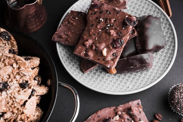 Barras de chocolate e biscoitos saudáveis no pano de fundo Foto gratuita